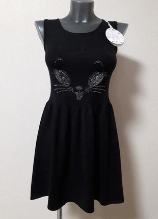 Молодежное,короткое секси-платье,с эффектным принтом со страз ...