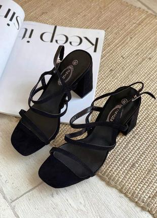 Босоножки на тонких ремешках и широком каблуке