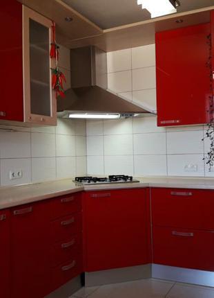 Кухня угловая красная бу италия встроенная техника Aristo