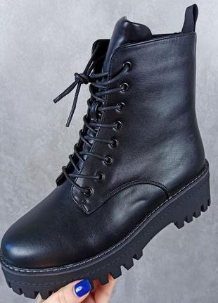Чёрные женские ботинки на шнуровку
