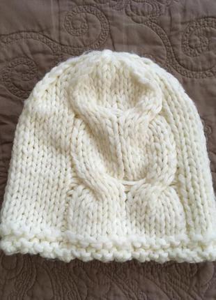 Белая шапка крупной вязки