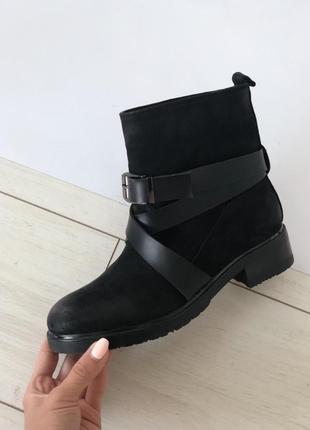 Женские ботинки черные нубуковые с кожаными ремешками