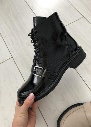 Женские ботинки черные лакированные на шнуровке, с лямкой