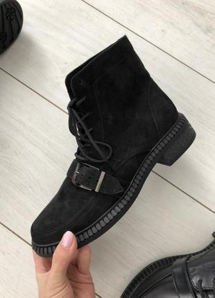 Женские ботинки черные замшевые, на шнуровке, с лямкой