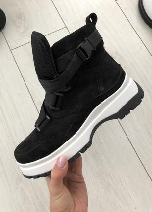 Женские ботинки черные замшевые на толстой подошве с ремешком