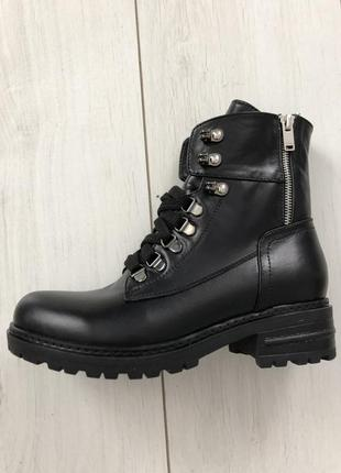 Женские ботинки черные на шнуровке, с замком