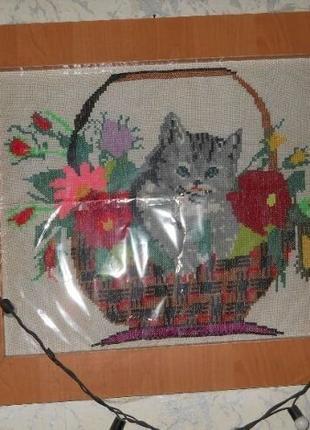 Вышитая картина котенок в корзине