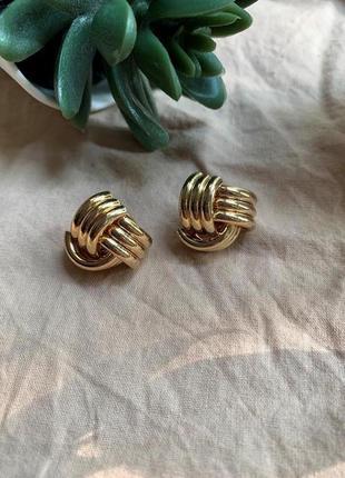 Небольшие элегантные серьги гвоздики золотого цвета