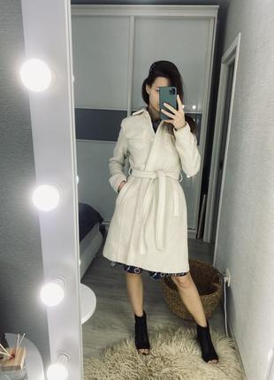 Белое стильное пальто