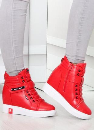 Зимние женские красные ботинки на танкетке