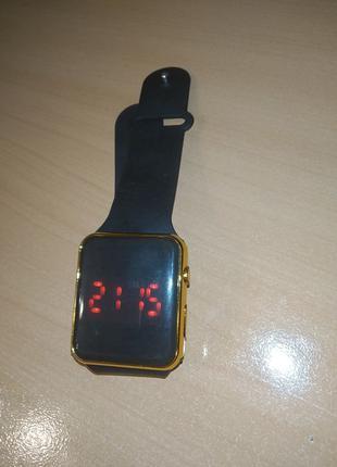 Электронные часы золотистого цвета