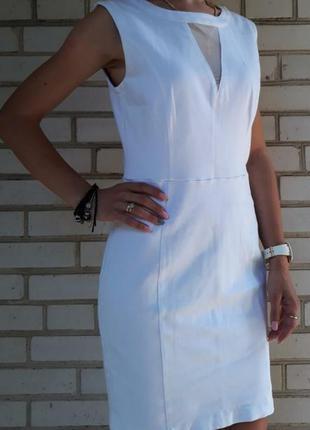 Белое стрейчевое платье guess