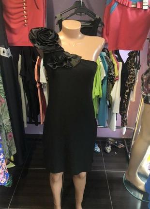 Чёрное вечернее платье с красивым цветком на одно плечо