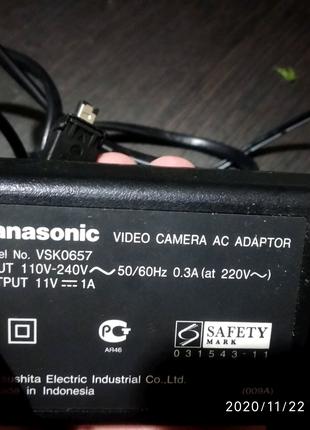 Зарядное -блок питания 11v 1A Panasonic vsk0657 для видеокамеры .