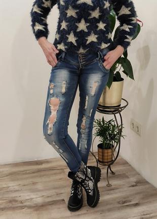 Рваные джинсы в камнях стильные