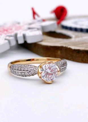 Красивое кольцо в камнях