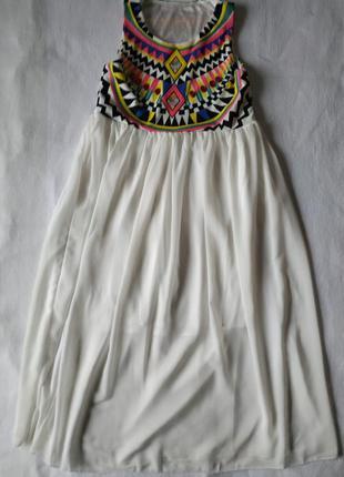 Красивое белое платье с ярким верхом и лёгкой нижней частью