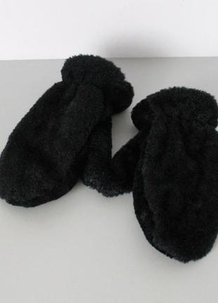Пушистые черные теплые варежки от george