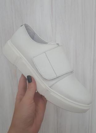 Белые кожаные кеды на липучке