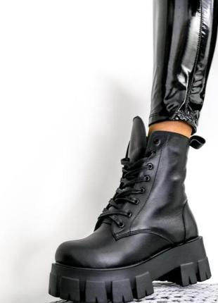 Женские кожаные чёрные ботинки на массивной тракторной подошве.