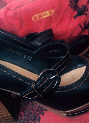 Кожаные женские туфли на каблуке.