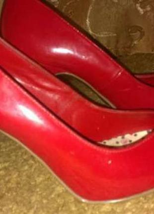Красные лаковые туфли лодочки