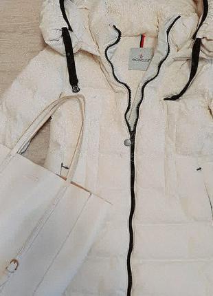 Удлиненная зимняя куртка с капюшоном на пуху