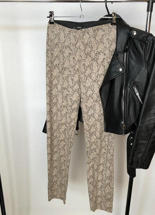 Обалденные базовые узкие брюки питон zara