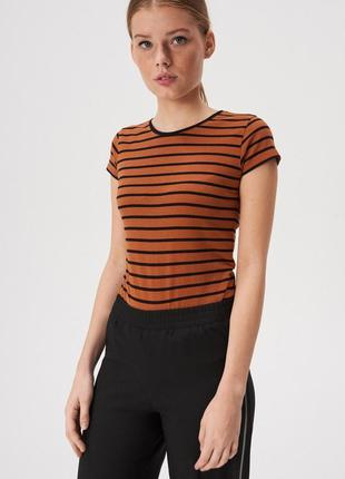 Новая коричневая полосатая футболка черные полоски прямой крой...