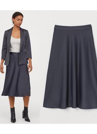 Серая атласная юбка миди