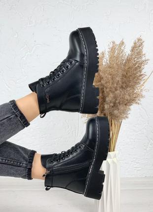 Женские стильные ботинки.