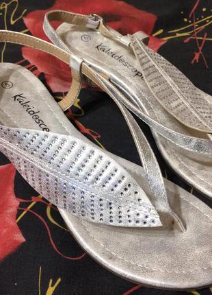 Kaleidoscope серебристые босоножки сандали на танкетке 24-24.5