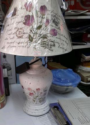 Лампа с абажуром.