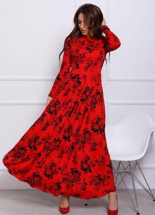 Красное длинное платье с фактурным принтом