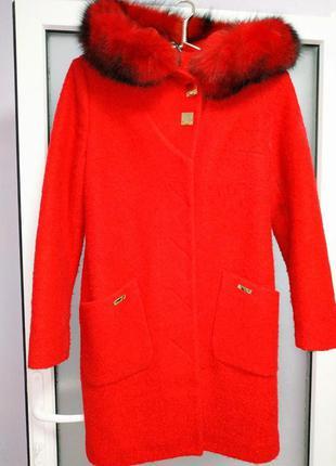 Красивое пальто с натуральным мехом