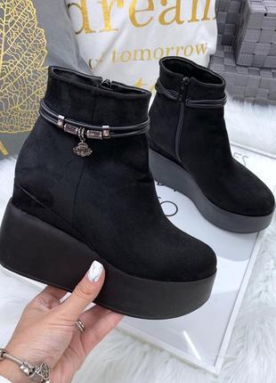 Замшевые осенние ботинки на платформе на танкетке