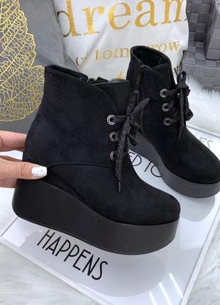 Замшевые осенние ботинки на платформе на танкетке на шнурках