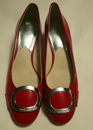 Лаковые туфли майкл корс. удобный каблук