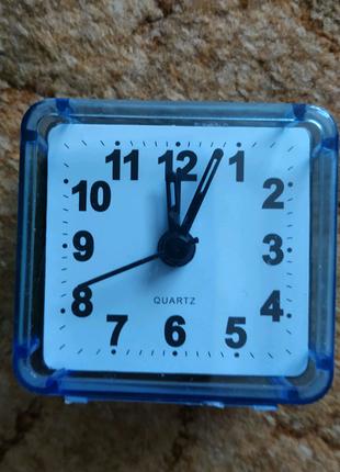 Часы будильник на пальчиковой батарейке.Цвета в ассортименте