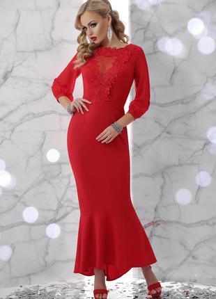 Красное длинное платье с кружевом