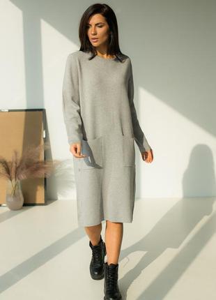 Свободное платье с декоративными пуговицами и карманами