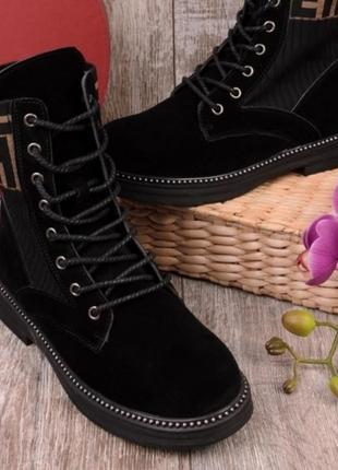 Женские завышенные ботинки на шнуровке