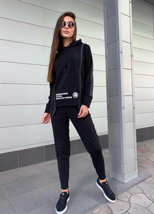 Женский стильный спортивный костюм.