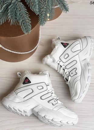 Стильные зимние кроссовки молочного цвета