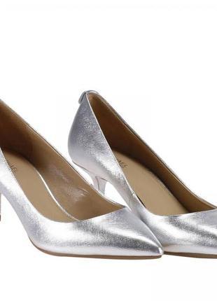 Серебристые туфли от michael kors. на невысоком каблучке