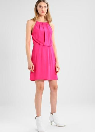 Платье ярко-розовое короткое с открытой спинкой кружевной от s...