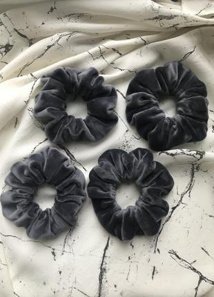 Серая бархатная/плюшевая резинка для волос