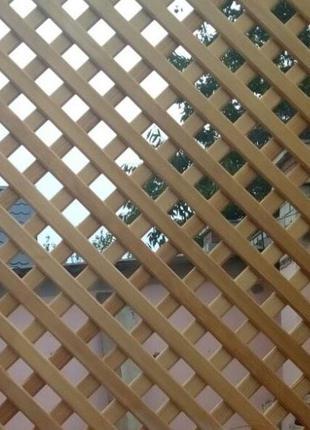 Деревянная решетка как декор или как окно в беседку