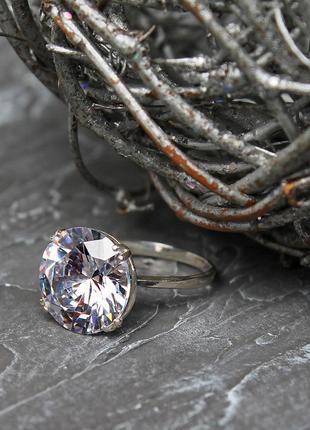 Кольцо с крупным камнем