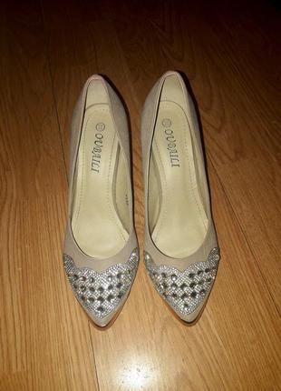Вечерние туфли на низком каблуке со стразами и камушками